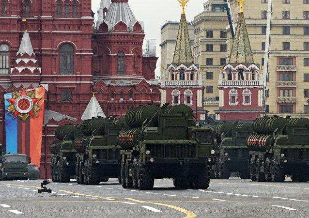 Транспортно-пусковая установка зенитного ракетного комплекса С-400 Триумф на генеральной репетиции военного парада на Красной площади