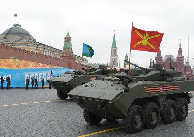 Бронетранспортеры (БТР) на колесной платформе Бумеранг на генеральной репетиции военного парада на Красной площади