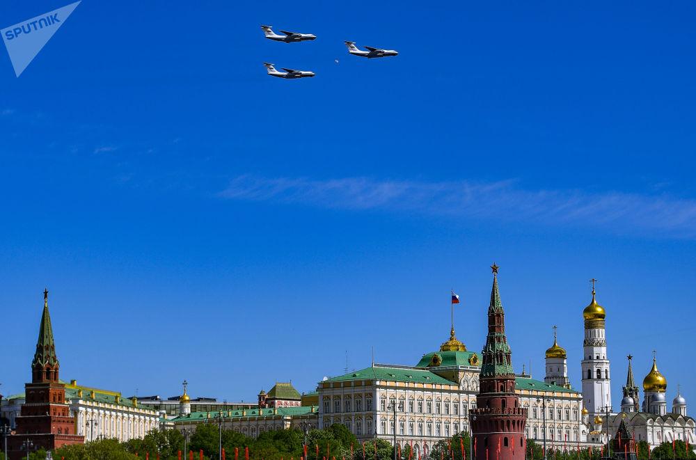 由三架升级版伊尔-76MD武装运输机组成的空中飞行编队