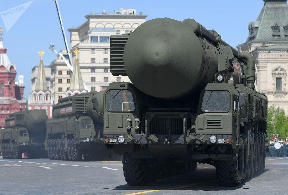 """""""亚尔斯""""自动导弹发射系统向红场行进,伴随车辆有""""虎式""""和""""爱国者""""。"""