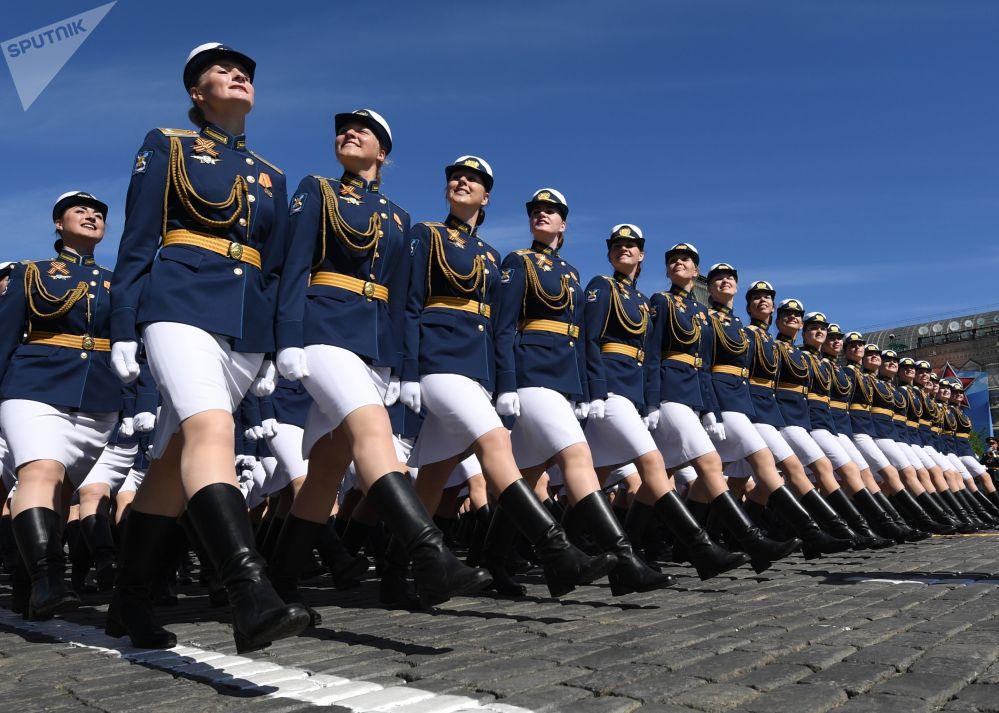 女軍人受閱部隊在紅場接受檢閱。