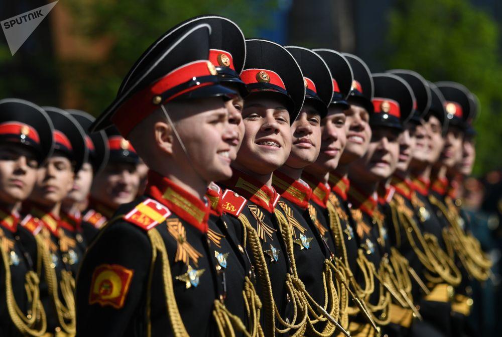 这是红场阅兵中最年轻的参加者。莫斯科苏沃洛夫军事学校连队正在通过。