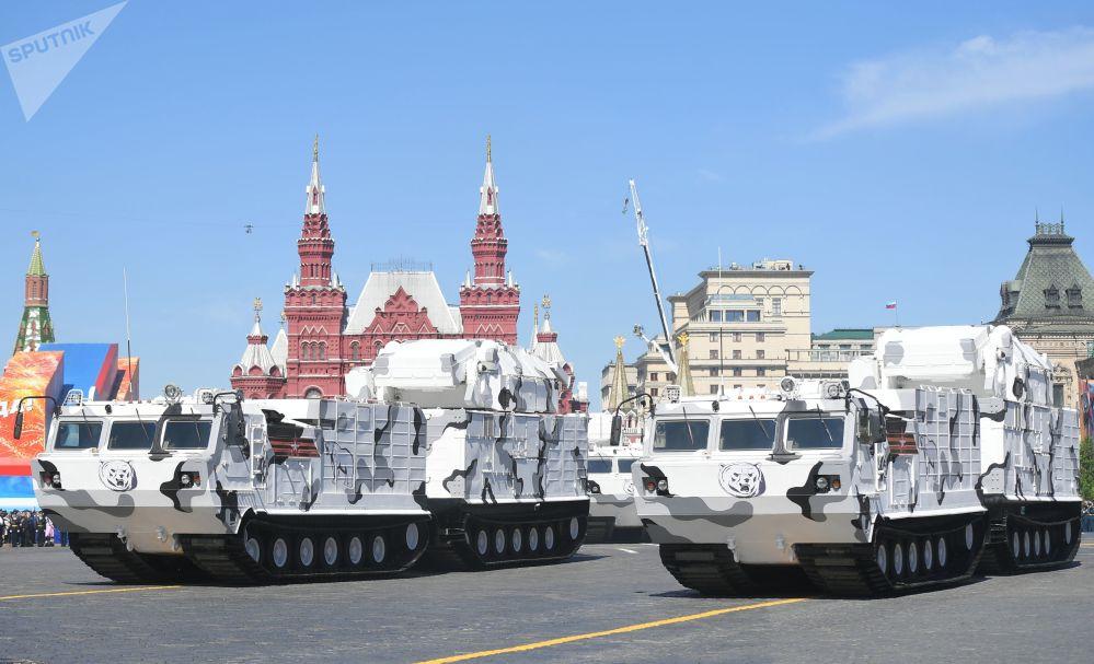 俄罗斯联邦北极地区防空部队装备纵队在红场通过。其中的主要装备有双节高越野托尔-M2DT高射导弹综合体和TTM雪地车。