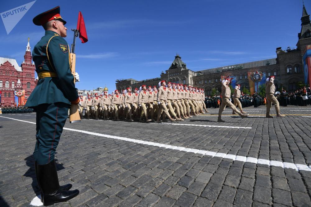 """根据俄罗斯国防部倡议创建的军事爱国社会运动""""少年军""""阅兵联队从红场走过。"""