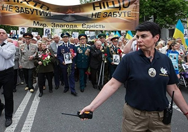 「不朽軍團」參與者在基輔永恆的榮耀公園附近獻花