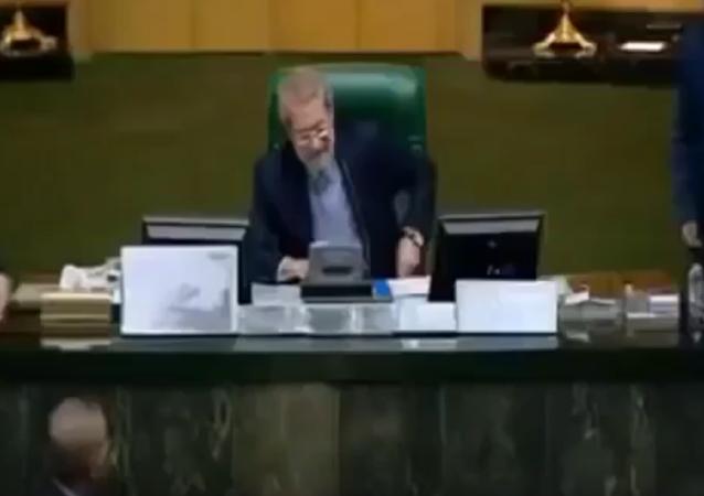 伊朗议员在议会发言台上焚毁美国国旗