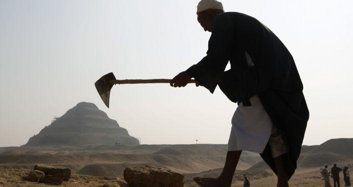古埃及金字塔附近发现奇怪木乃伊和文物