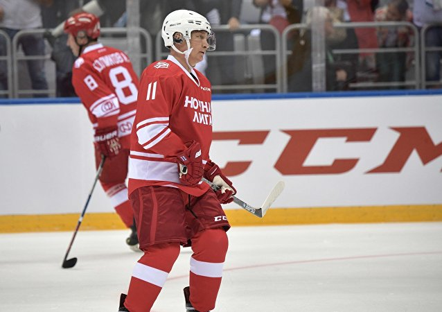普京参加了在索契举办的夜间冰球联赛的重大比赛