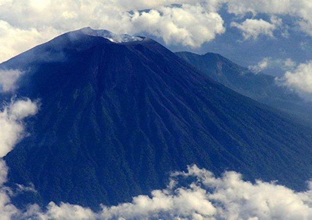 印尼爪哇岛默拉皮火山喷发 当地居民被疏散