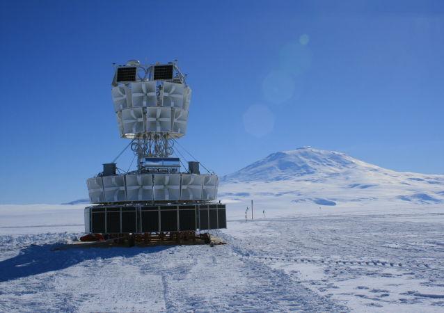 """通往宇宙奥秘的""""冰雪钥匙"""":学者们为何捕捉南极洲的中微子?"""