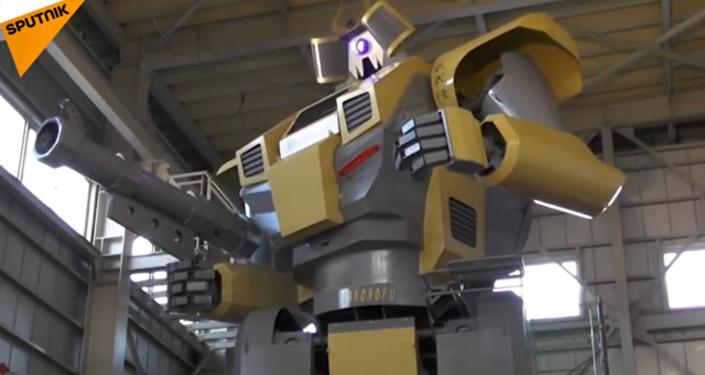 日本工程师建了一个8.5米高的机器人