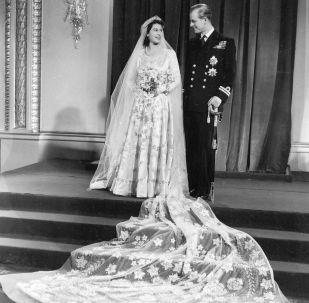 當時還是公主的伊麗莎白二世與愛丁堡公爵菲利普的官方婚紗照