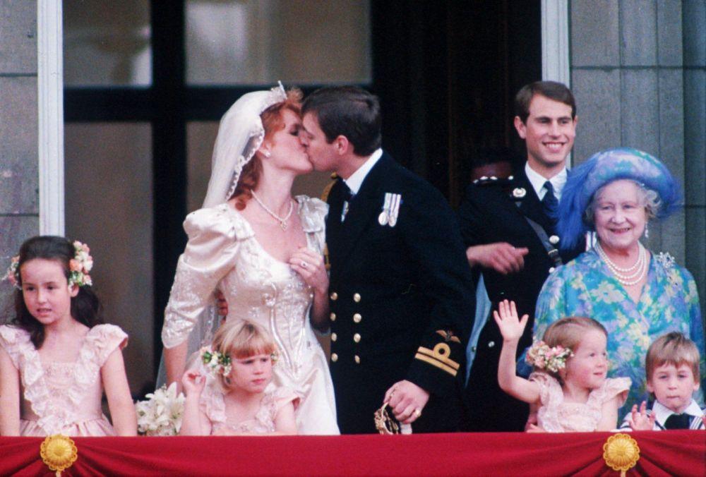 舉行婚禮後的安德魯王子與妻子薩拉