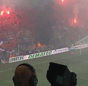 波蘭球迷不小心把橫幅「我們永不燃盡」燒沒  (視頻)