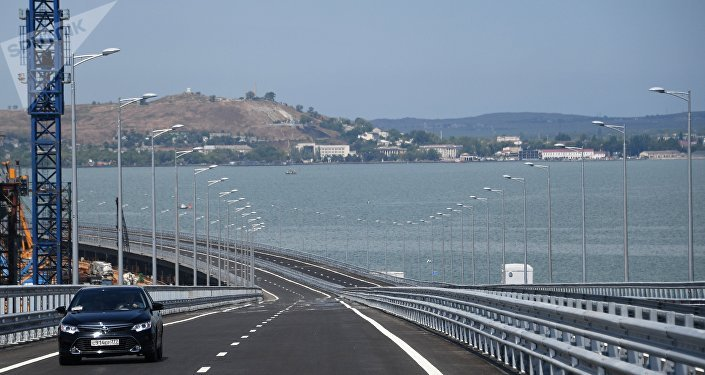 出席跨刻赤海峽大橋公路部分通車儀式