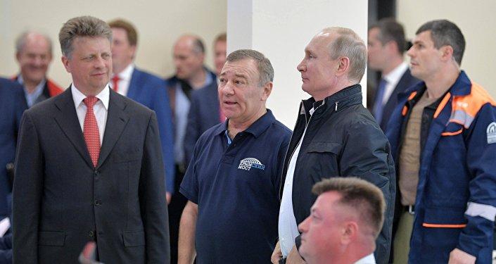 Президент РФ Владимир Путин осматривает Единый центр управления дорожным движением Крымского моста перед торжественной церемонией открытия автодорожной части транспортного перехода через Керченский пролив