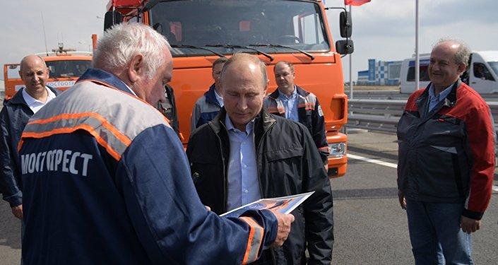 Президент РФ Владимир Путин во время беседы на нулевом километре со строителями Крымского моста во время торжественной церемонии открытия автодорожной части транспортного перехода через Керченский пролив