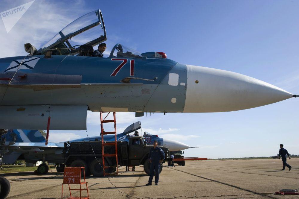 官兵们在做苏-33飞行训练准备工作。