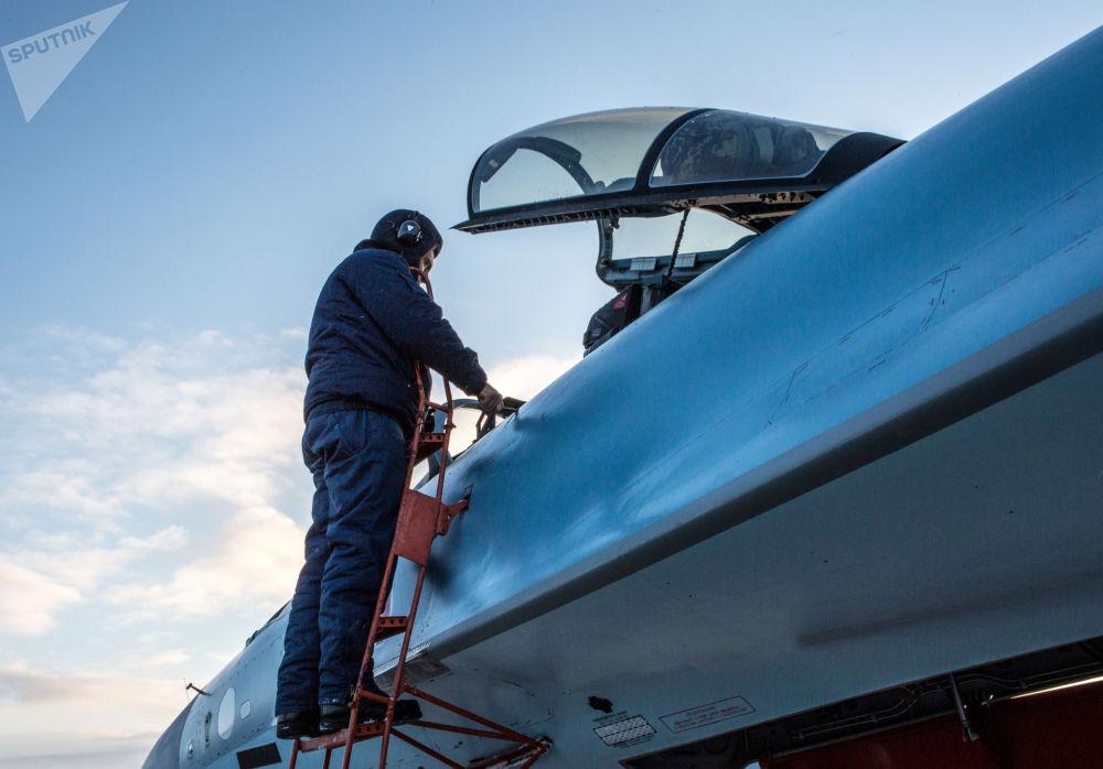 军事飞行员在卡累利阿共和国查看新的苏-35飞机。