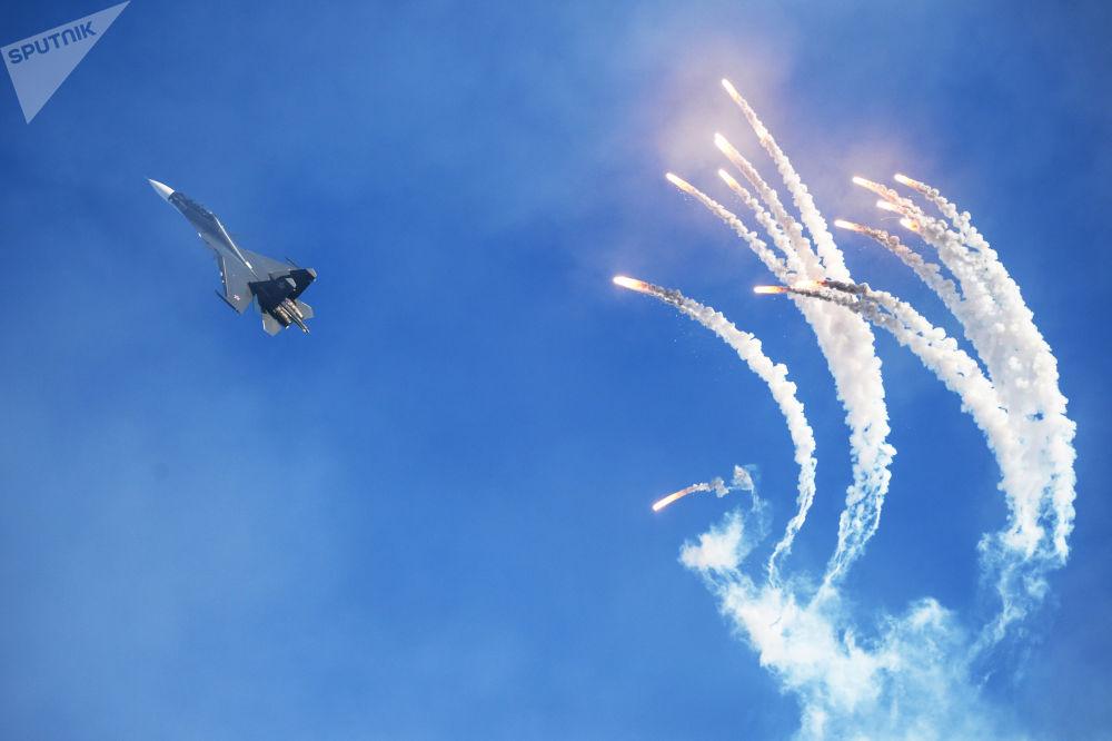 俄罗斯雄鹰特技飞行队的一架苏-30多用途战斗机在巴尔瑙尔举行的飞行表演中。