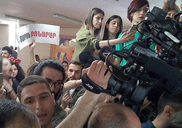亚美尼亚首都埃里温周三爆发抗议活动,示威者闯入市政大楼,要求市长塔龙·马尔加良下台