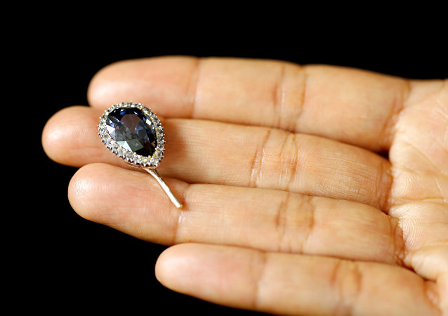 苏富比拍卖会稀有蓝钻拍出670万美元