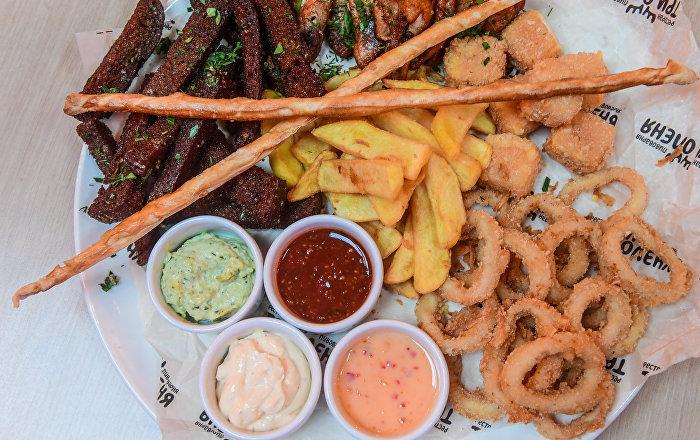 三鹿飯店「啤酒什錦」:脆皮油炸麵包、油炸魷魚圈、香辣雞翅和薯條