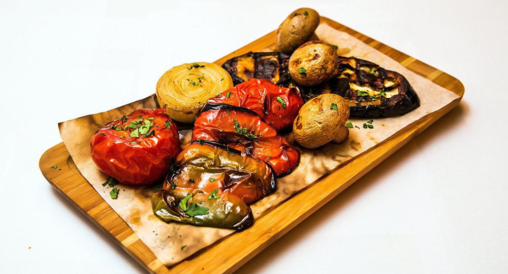 """在""""Khmeli Suneli""""有各种辛加利和特色烤蔬菜。"""