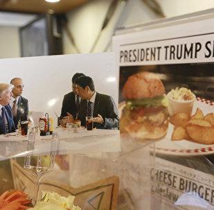 媒体爆出特朗普吃汉堡包的办法很特别