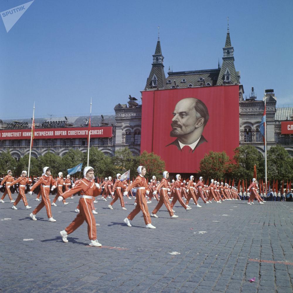少年宇航員俱樂部的學生參加全蘇列寧少先隊組織成立50週年紅場閱兵