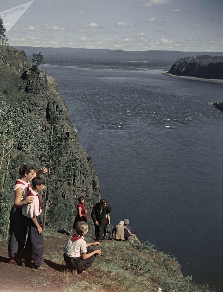遊客在貝加爾湖小鐘樓崖欣賞美景