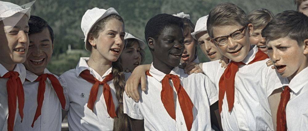 參加全蘇「阿爾捷克」列寧少先隊夏令營的孩子們