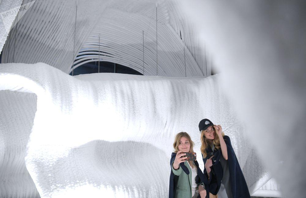 莫斯科公園現奇特「冰窟」
