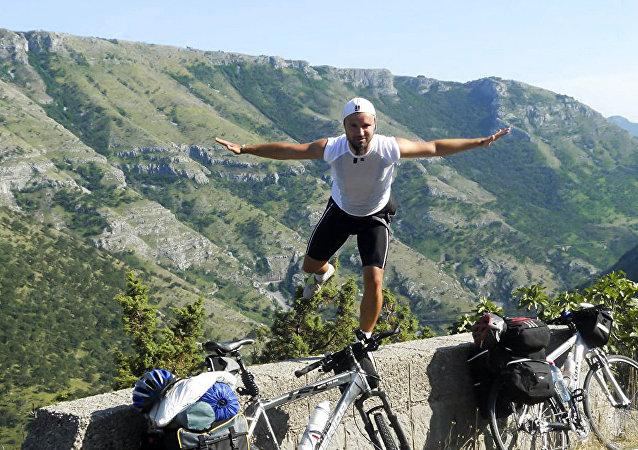 塞尔维亚球迷骑自行车前往俄罗斯观看世界杯