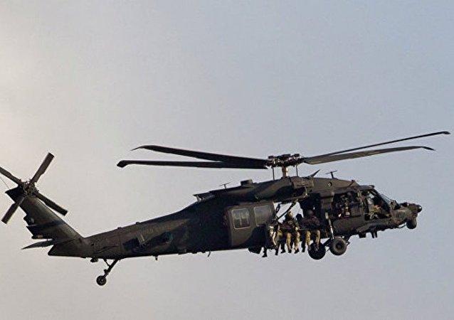 美军用直升机所载弹药箱砸中学校屋顶
