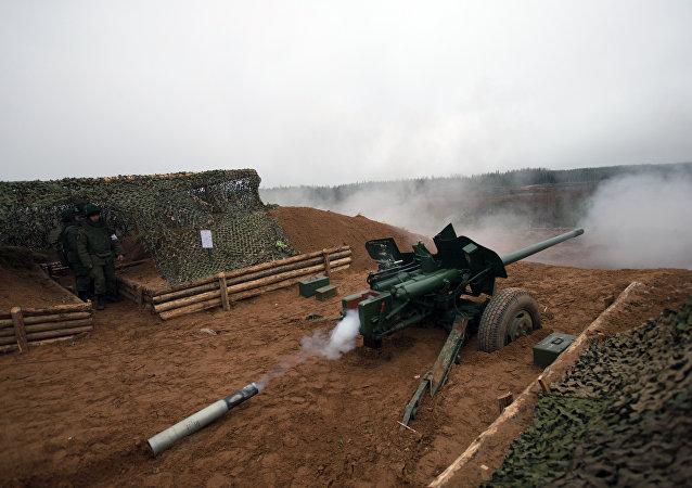 """在列宁格勒州的军事射击中使用的MT-12式100毫米口径""""花剑""""反坦克炮"""