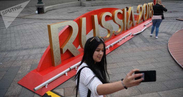在俄羅斯世界杯期間,將會有17000多人身著志願者服裝,為球迷和運動員提供服務,幫助他們在體育場及周邊地區辨別方向。