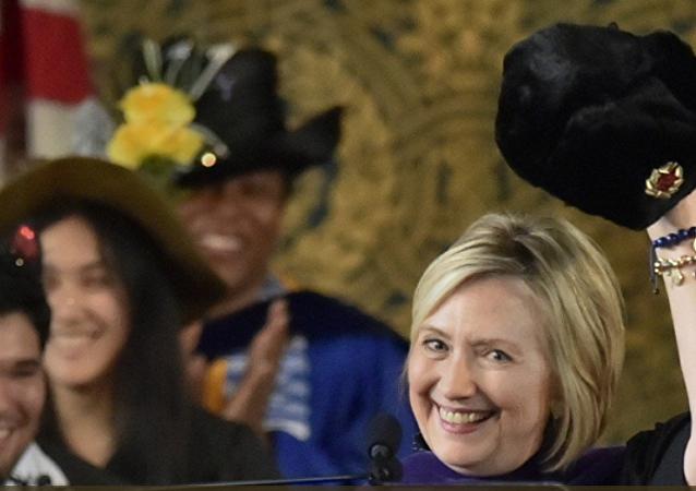 希拉里帶蘇聯毛帽參加耶魯大學畢業典禮