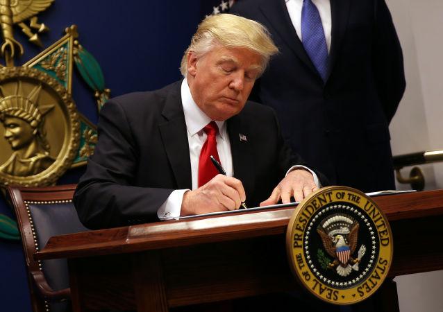 美国总统特朗普签署命令