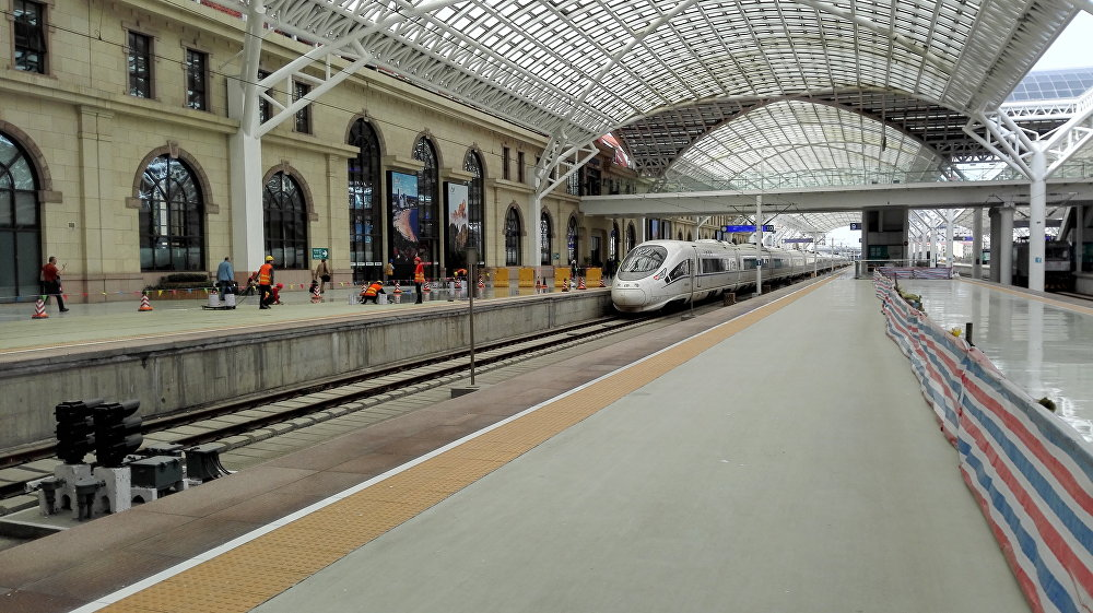 青島市火車站為迎接上合峰會客人做最後的準備