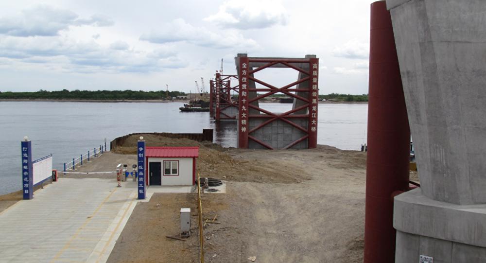 阿穆爾河洪水摧毀布拉戈維申斯克-黑河大橋建築工地的施工設施和起重機