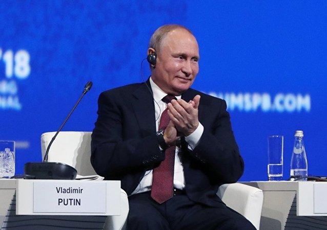 普京總統表示,堅決遵守俄羅斯憲法,憲法中規定,總統連任不能超過兩屆