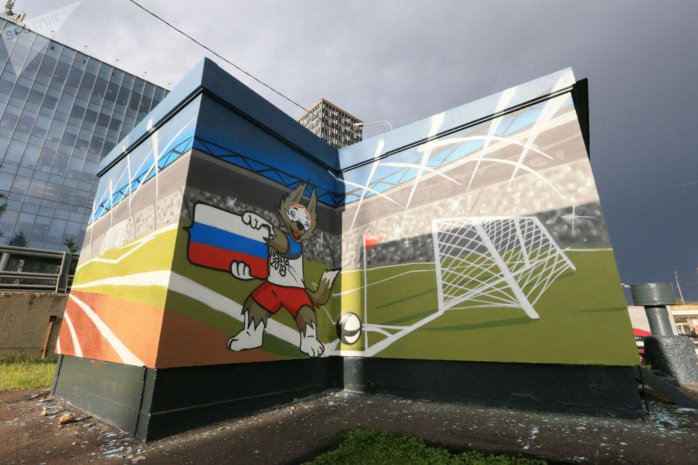 莫斯科谢列布列尼切斯卡亚河岸街变电室墙壁上的2018年世界杯吉祥物