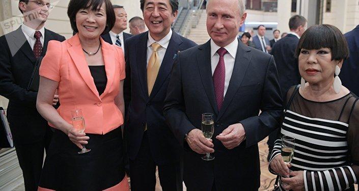 """普京和安倍在大剧院启动俄日""""国家年"""""""