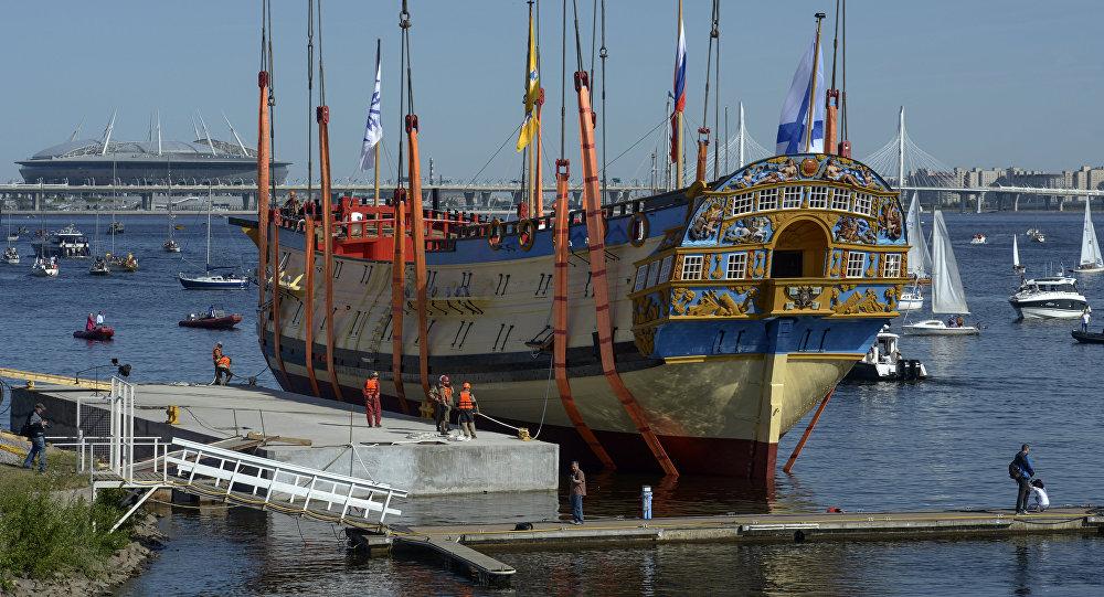 彼得大帝所造船只的精确复制品在圣彼得堡下水