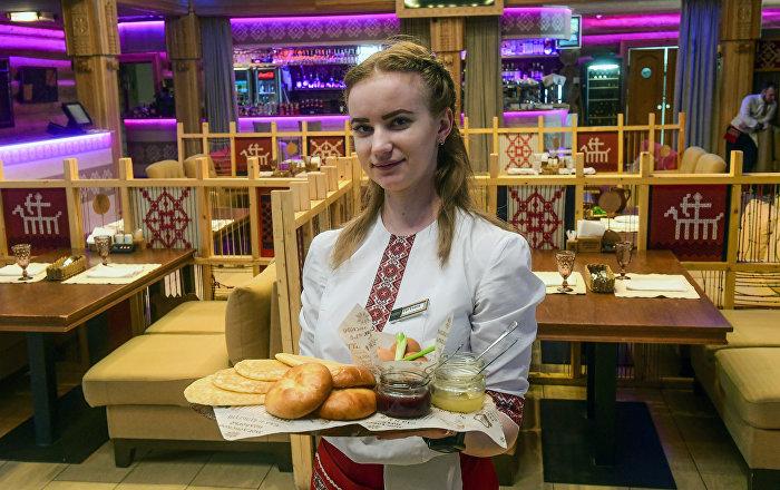 Официантка ресторана Мордовское подворье в Саранске