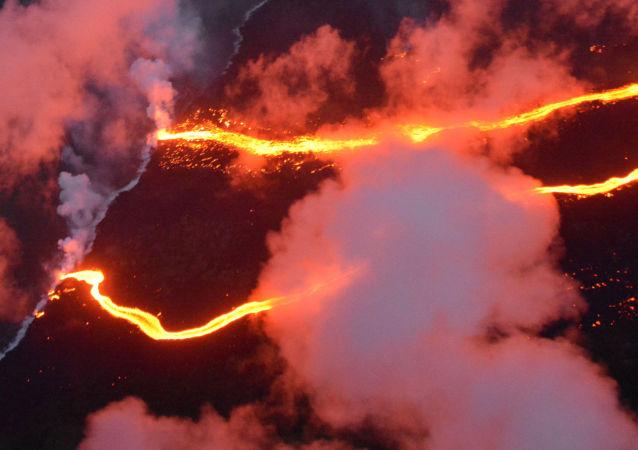 夏威夷当局因火山喷发宣布居民必须撤离