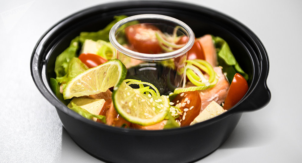 鲑鱼沙拉:里面有鲑鱼、圣女果、豆腐、生菜、菠菜、芝麻菜、调味油、青柠和芝麻。