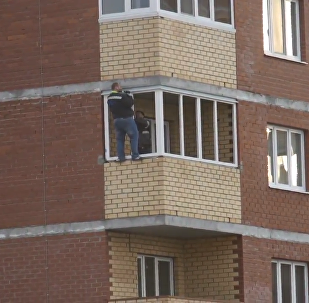 勇敢的工人在12楼阳台外装窗户