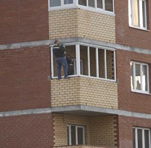 勇敢的工人在12樓陽臺外裝窗戶